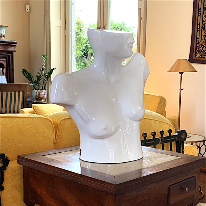 femme-blanc-sulpture-art-bordeaux-contemporain-nu-sein-élégant-classe-premium